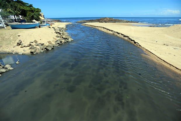 Descarte indevido de esgoto polui praias de Salvador