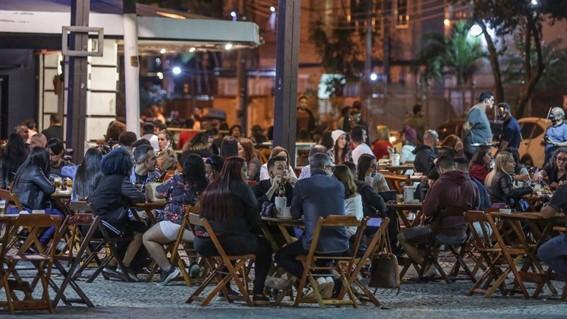 Pandemia: bares fecham, mas aumenta do consumo de bebidas alcóolicas em casa