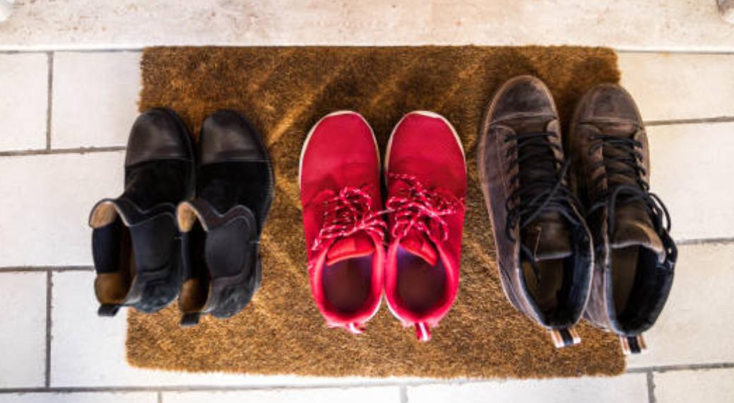 Deixar calçados fora de casa na pandemia: qual a real necessidade?