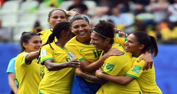 Atletas e especialistas relatam os desafios da profissionalização do futebol feminino no Brasil